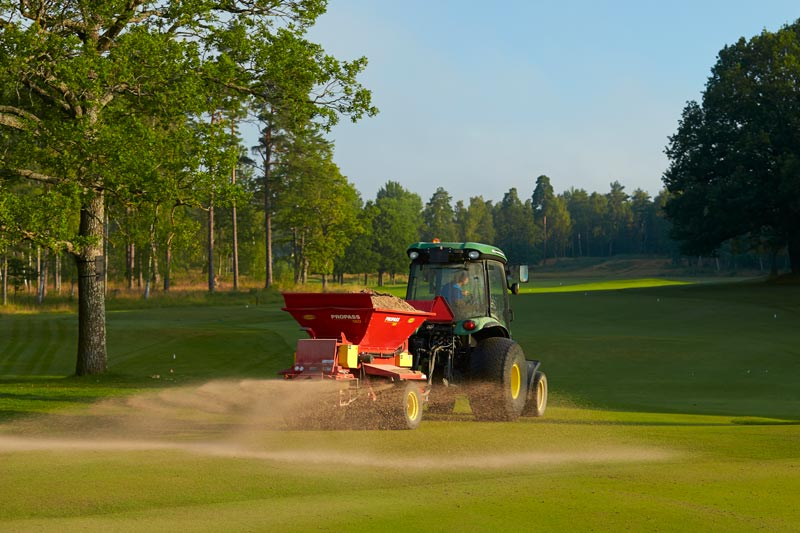 Topdressing golf course